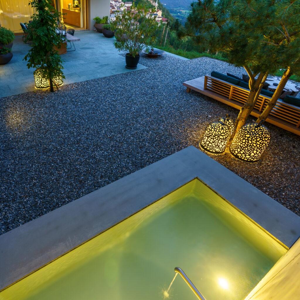 Berger Gartenbau - Gartenbrunnen in moderner Betonoptik Abendstimmung