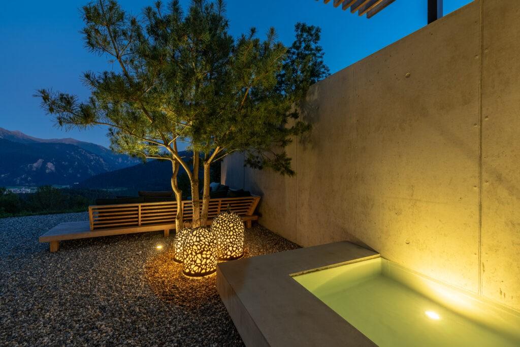 Berger Gartenbau - Gartenbrunnen in moderner Betonoptik Abendstimmung 2