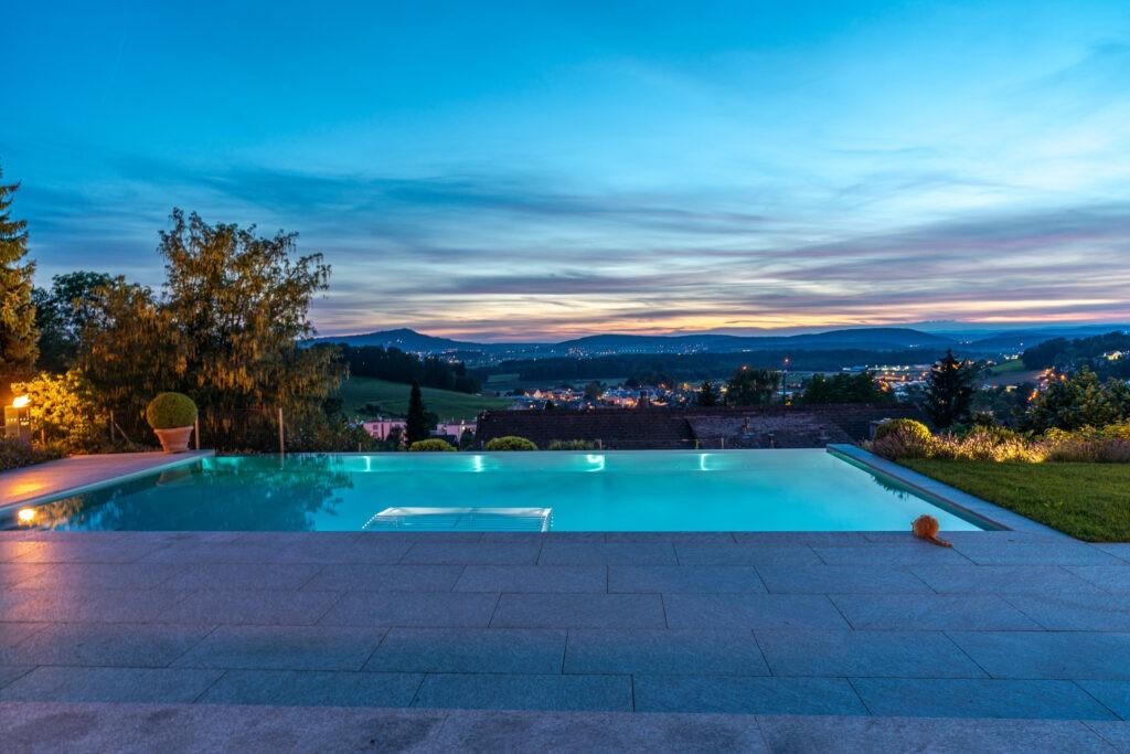 Berger Gartenbau - Infinity Pool Abendstimmung