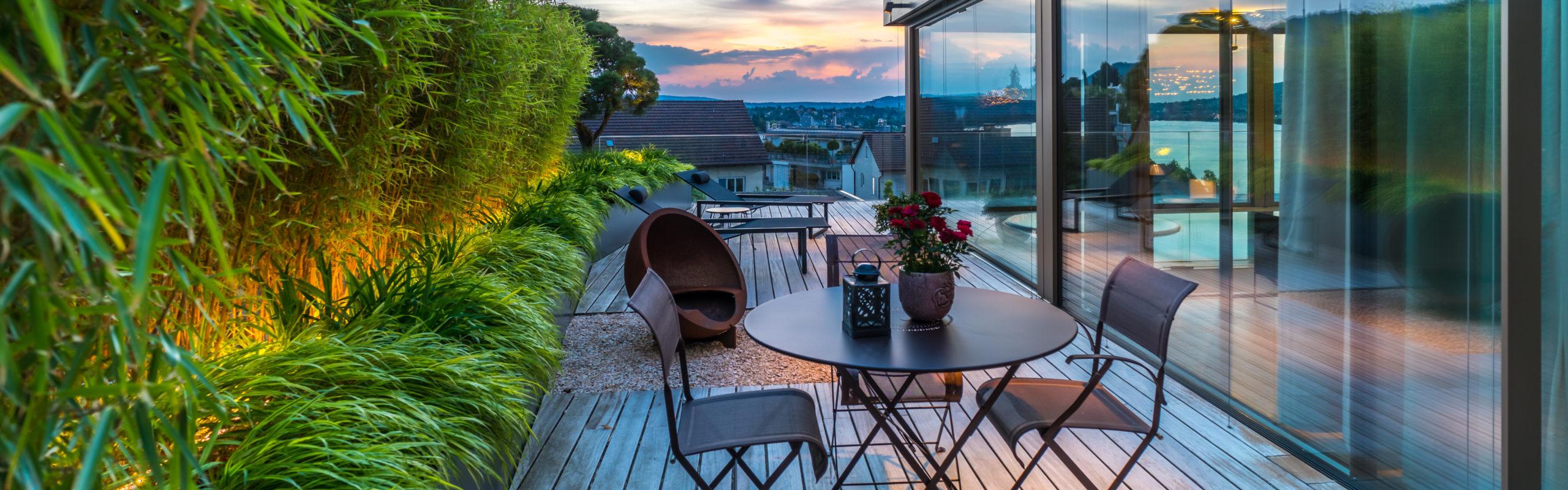 Berger Gartenbau - Terrassen Sitzplatz mit Feuerstelle und Bambushecke