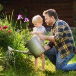 Vater und Kind im Garten